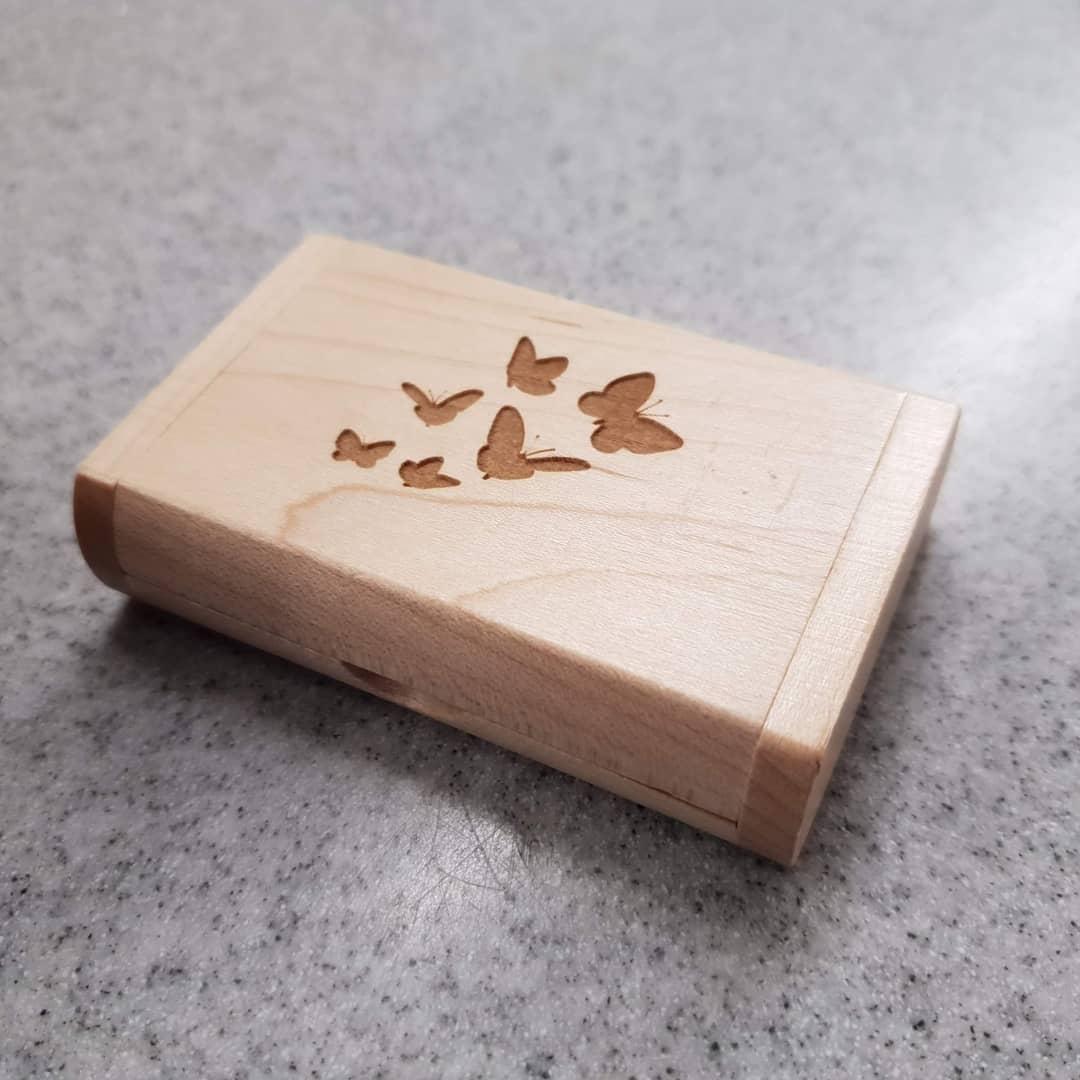 Porta-chiavetta-e-chiavetta-usb-con-incisione-laser-in-legno